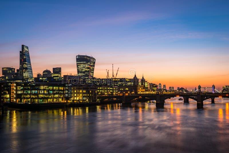 Londres moderna, foto da manhã com os escritórios pelo rio Tamisa fotografia de stock royalty free