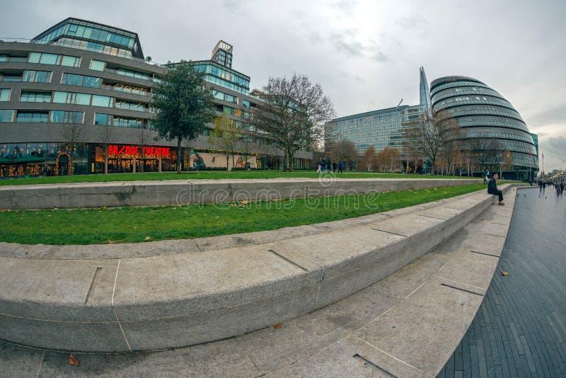 Londres na costa do rio Tamisa, câmara municipal, teatro da ponte fotos de stock royalty free