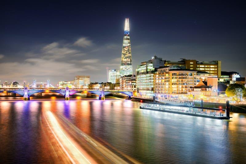 Londres na noite em Thames River, Reino Unido imagem de stock