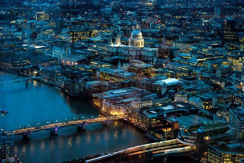 Londres na noite Norte para o rio ponte de Tamisa, Londres & catedral de St Paul imagens de stock