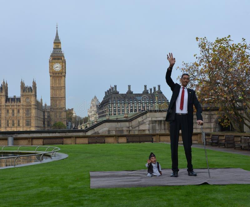 Londres: O homem o mais alto do mundo e o homem o mais curto encontram-se no recorde mundial de Guinness fotografia de stock