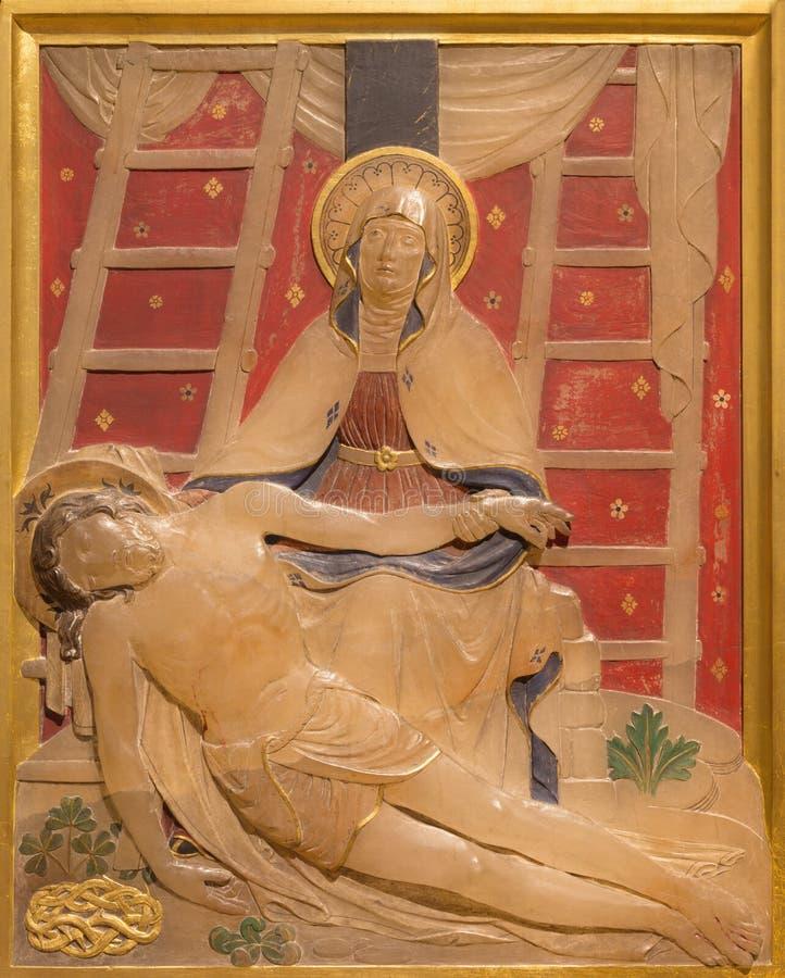 Londres - o Pieta do depósito da cruz como a estação da cruz na igreja de St James Spanish Place imagens de stock royalty free