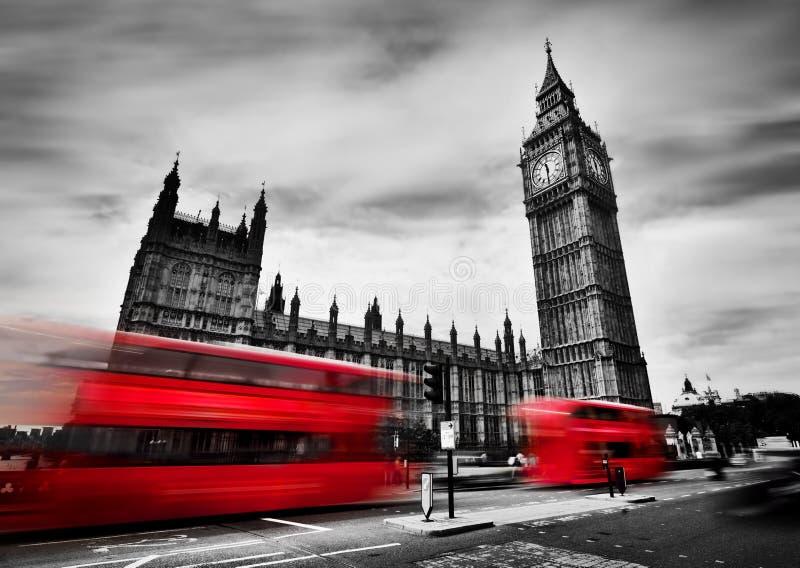 Londres, o Reino Unido Ônibus vermelhos e Big Ben, o palácio de Westminster Rebecca 36 imagens de stock royalty free