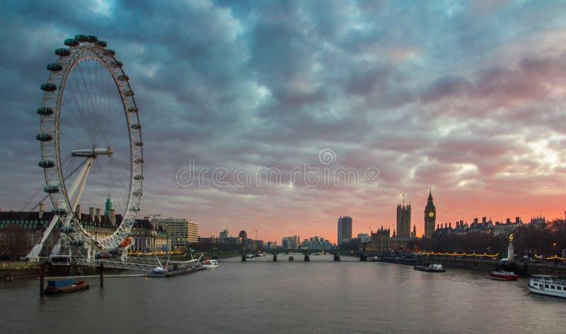 Londres, panorama BRITANNIQUE Oeil de Londres, Big Ben, palais de Westminster sur la Tamise au coucher du soleil photos stock