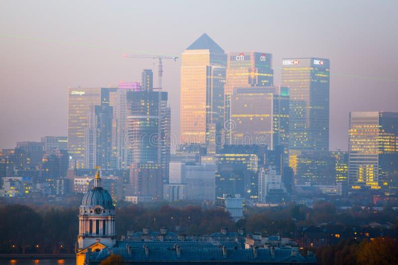LONDRES, panorama de Canary Wharf por la tarde La visión desde las colinas de Greenwich incluye el parque, capilla real, pintada  foto de archivo