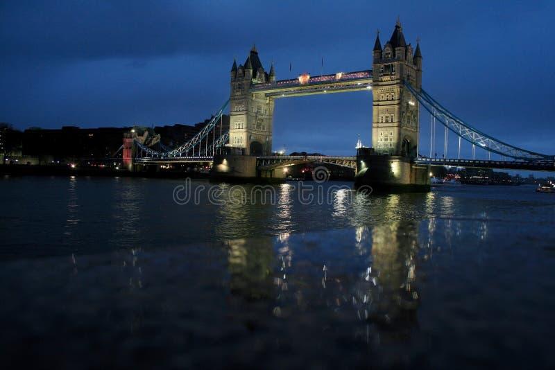 Londres - passerelle de tour la nuit photographie stock