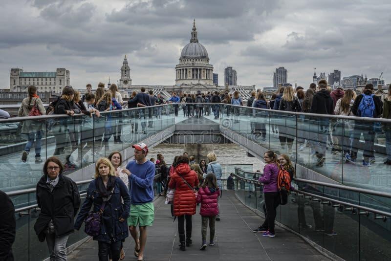 Londres, ponte do milênio imagens de stock