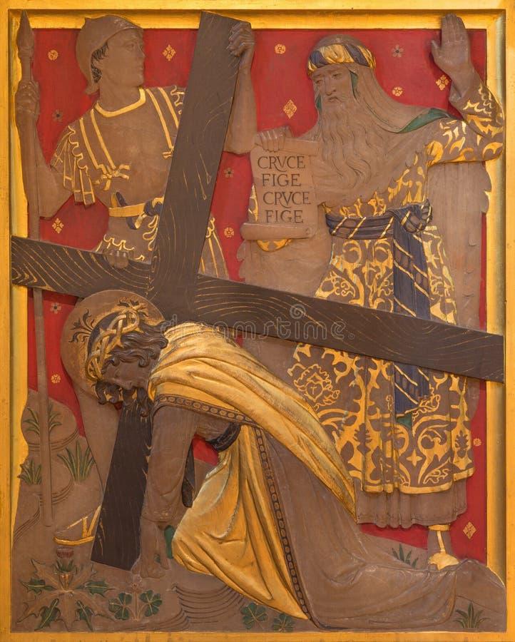Londres - a queda de Jesus sob a cruz como a estação da cruz na igreja de St James Spanish Place fotografia de stock
