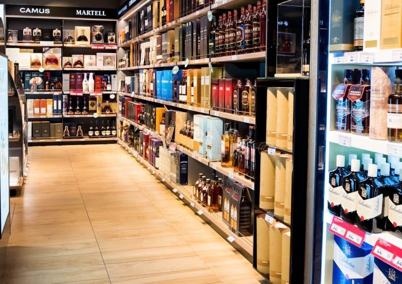 LONDRES, R-U - 31 AOÛT 2018 : Eau-de-vie fine et cognac de whiskey sur l'étagère avec le logo d'affichage dans le magasin de vins images stock