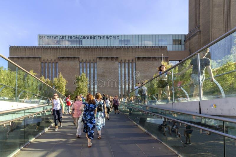 LONDRES, R-U - 2 AOÛT 2018 : Les gens au pont célèbre de millénaire, petit morceau la galerie d'art de Tate Modern à l'arrière-pl image libre de droits