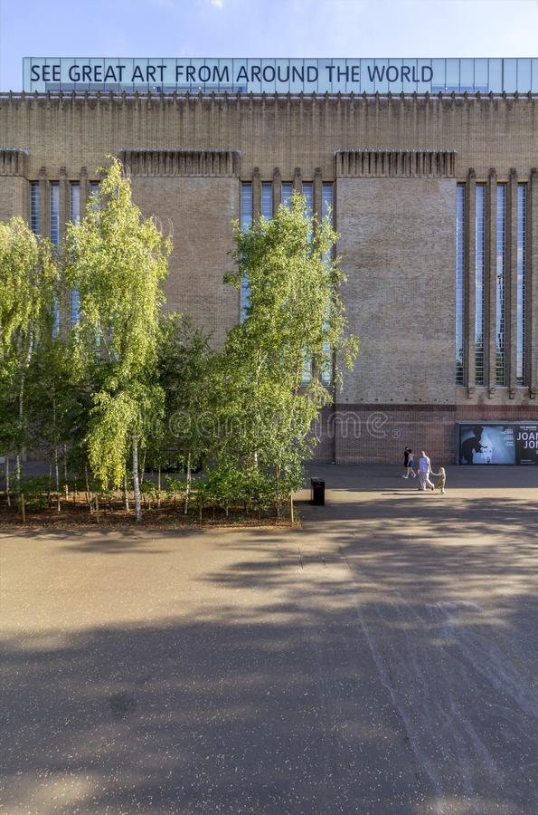 LONDRES, R-U - 2 AOÛT 2018 : Les gens au pont célèbre de millénaire, petit morceau la galerie d'art de Tate Modern à l'arrière-pl images stock