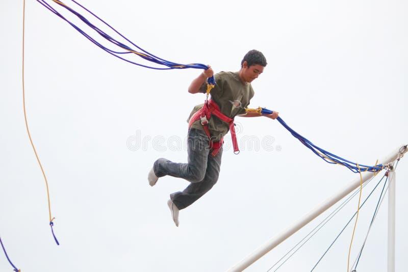 Londres, R-U - 15 août 2010 : jeune garçon non identifié faisant le bunge images stock