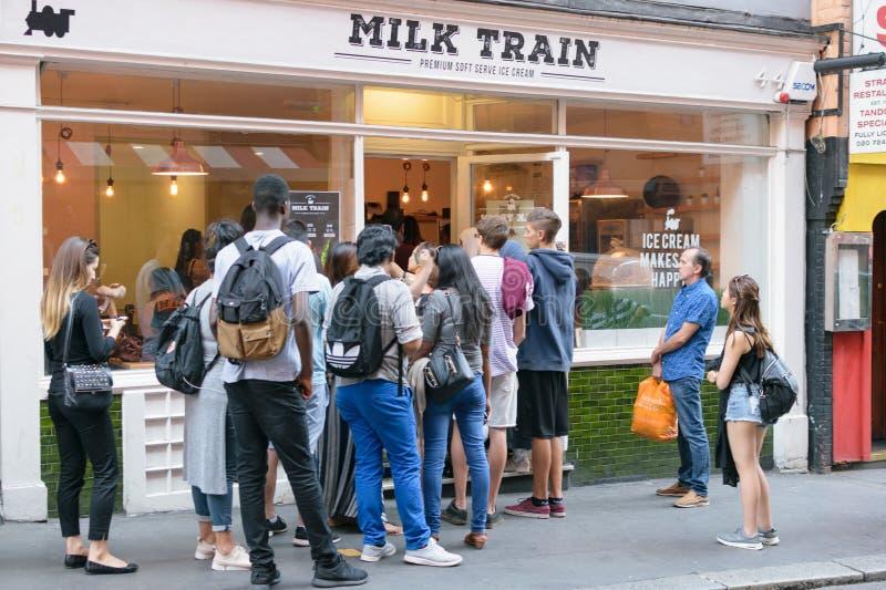 Londres, R-U - 30 août 2016 : La fenêtre de café de train de lait à Londres photo stock