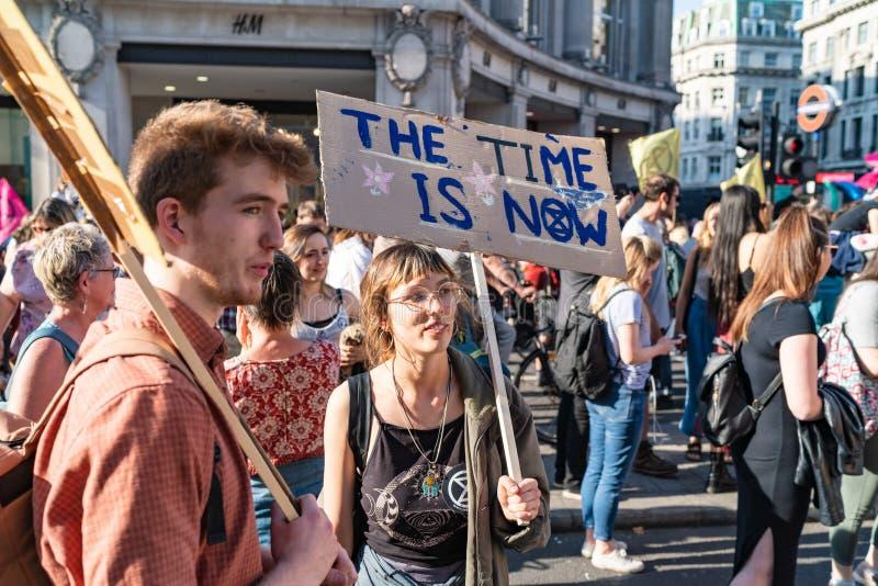 Londres, R-U - 19 avril 2019 : Protestataires de r?bellion d'extinction dans Oxford Street photo stock