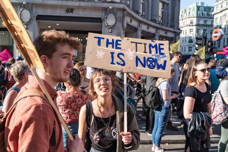 Londres, R-U - 19 avril 2019 : Protestataires de r?bellion d'extinction dans Oxford Street image stock