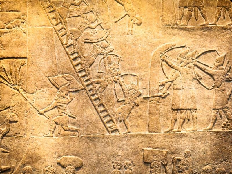 LONDRES, R-U, BRITISH MUSEUM - détails du mur assyrien images libres de droits