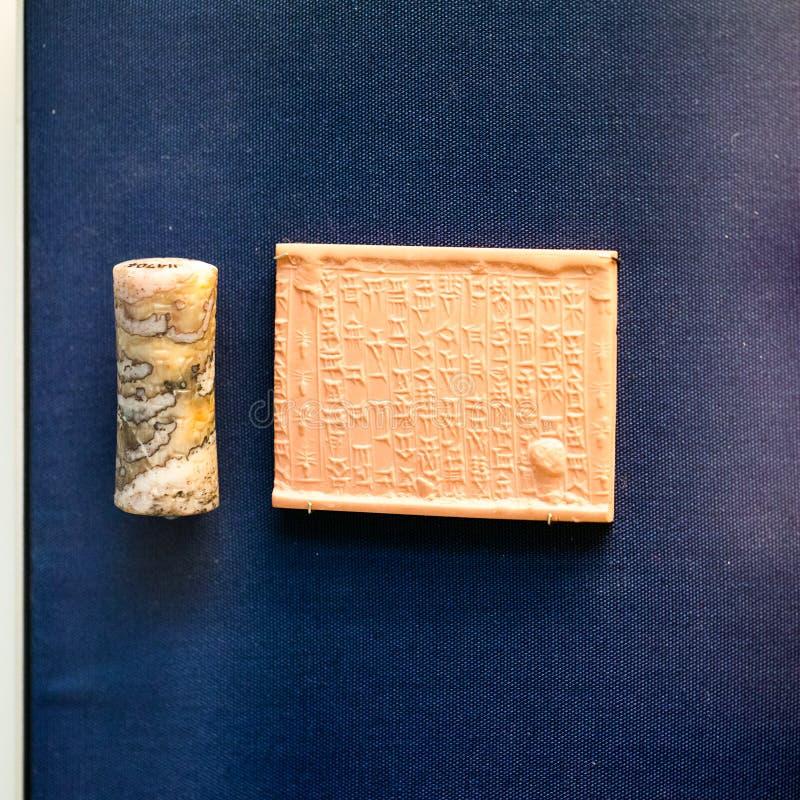 LONDRES, R-U, BRITISH MUSEUM - joint de cylindre et comprimé d'argile, Babylone photos libres de droits