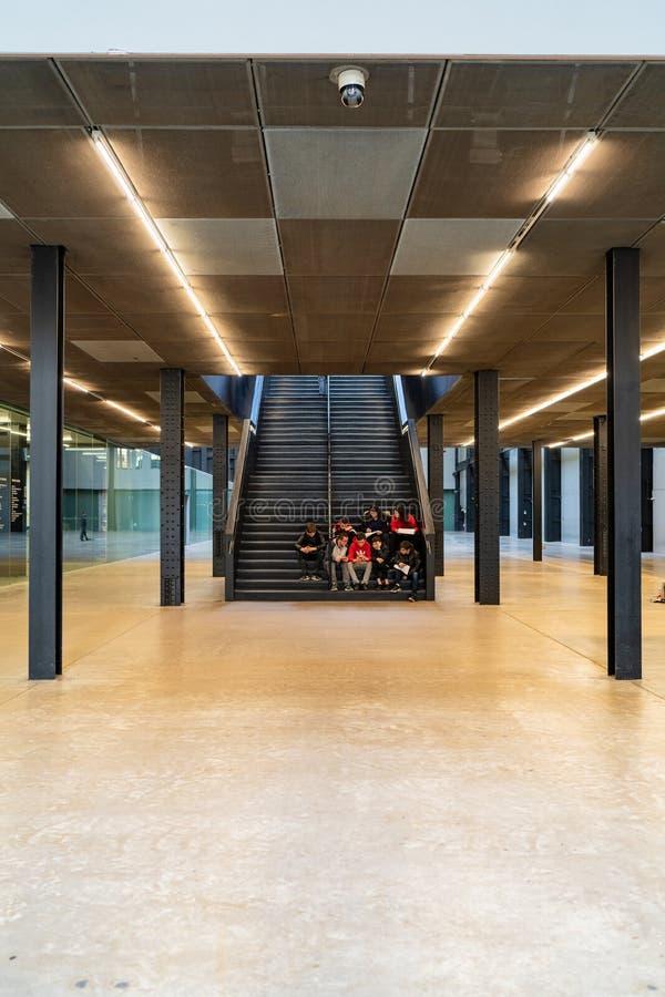 LONDRES, R-U - 1ER AVRIL 2019 : Les gens dans l'intérieur de Tate Modern Turbine Hall à Londres image stock