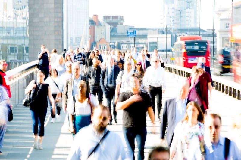 Londres, R-U Image brouillée des employés de bureau croisant le pont de Londres dans le début de la matinée sur le chemin à la vi image libre de droits