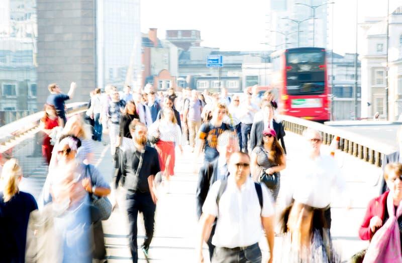Londres, R-U Image brouillée des employés de bureau croisant le pont de Londres dans le début de la matinée sur le chemin à la vi photographie stock