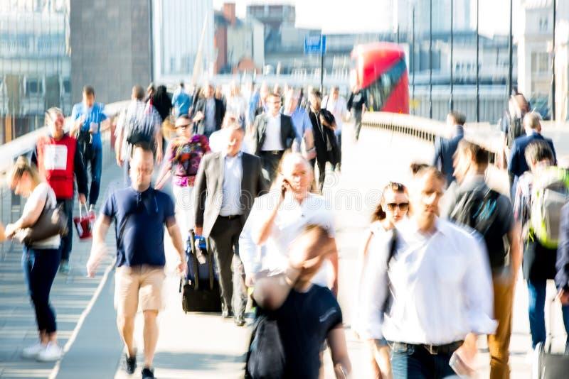 Londres, R-U Image brouillée des employés de bureau croisant le pont de Londres dans le début de la matinée sur le chemin à la vi images stock