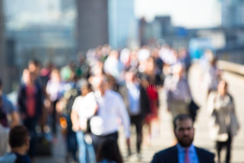 Londres, R-U Image brouillée des employés de bureau croisant le pont de Londres dans le début de la matinée sur le chemin à la vi photographie stock libre de droits