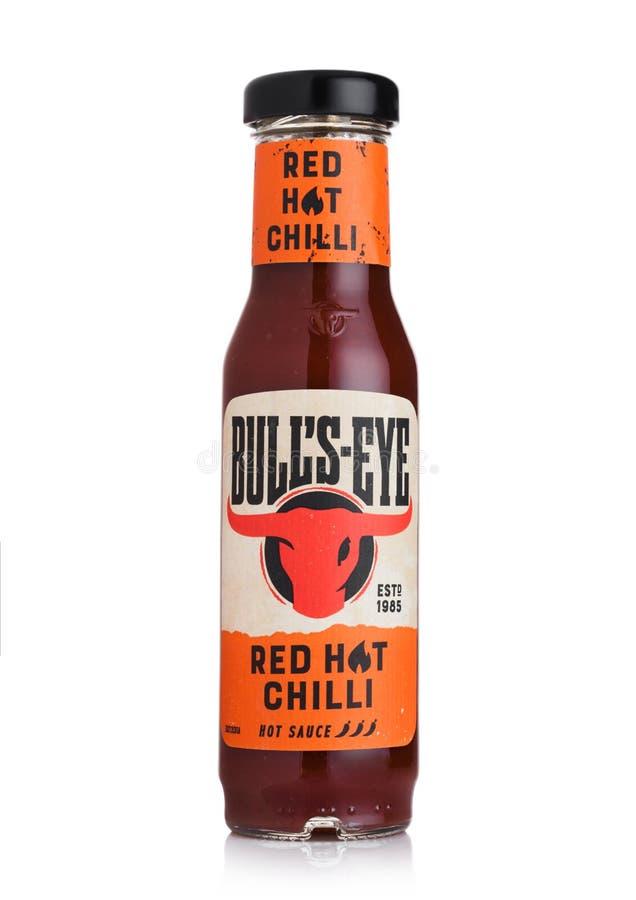 LONDRES, R-U - 28 JUILLET 2018 : Bouteille en verre de frais d'un rouge ardent de sauce chaude à oeil du ` s de Taureau sur le bl image stock