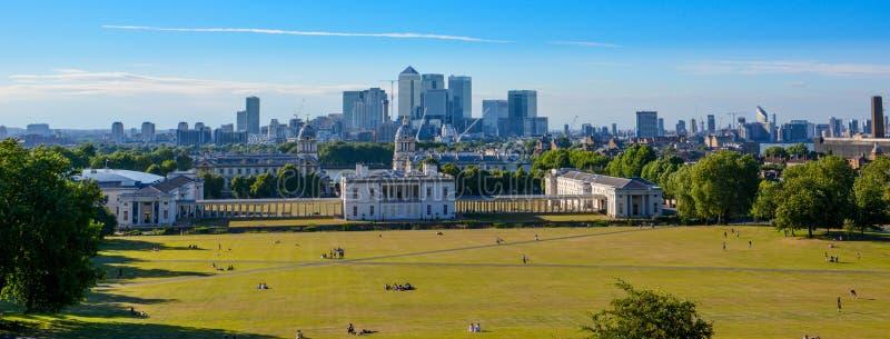 LONDRES, R-U - 7 JUILLET 2014 : Vue de Canary Wharf de la colline de Greenwich Gratte-ciel modernes d'aria d'op?rations bancaires photo stock