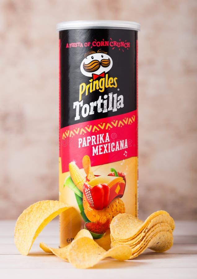LONDRES, R-U - 30 JUIN 2018 : Frites de tortilla de pomme de terre de Pringles avec le paprika sur le bois Pomme de terre et cass images stock