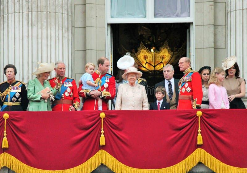 LONDRES, R-U - 13 JUIN : La famille royale apparaît sur le balcon de Buckingham Palace pendant l'assemblement la cérémonie de cou photos stock