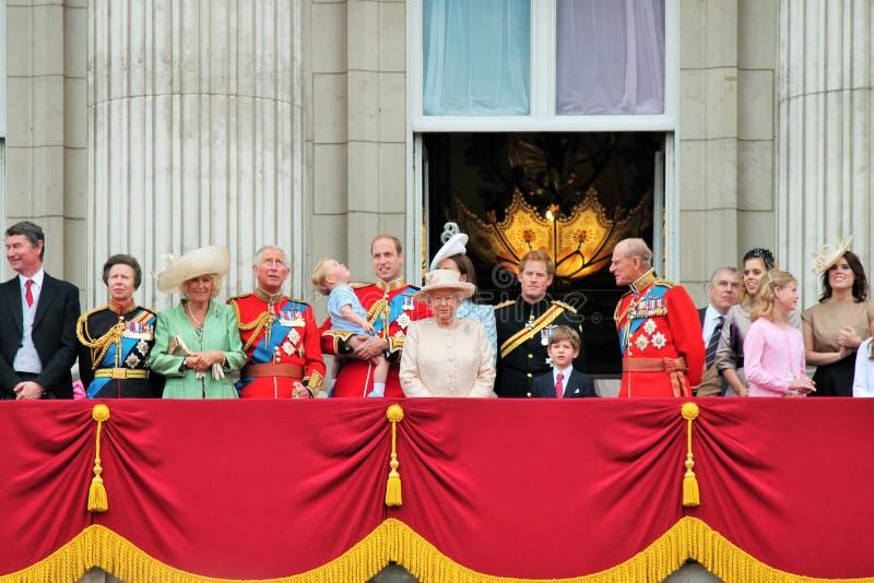 LONDRES, R-U - 13 JUIN 2015 : La famille royale apparaît sur le balcon de Buckingham Palace pendant l'assemblement la cérémonie d image stock