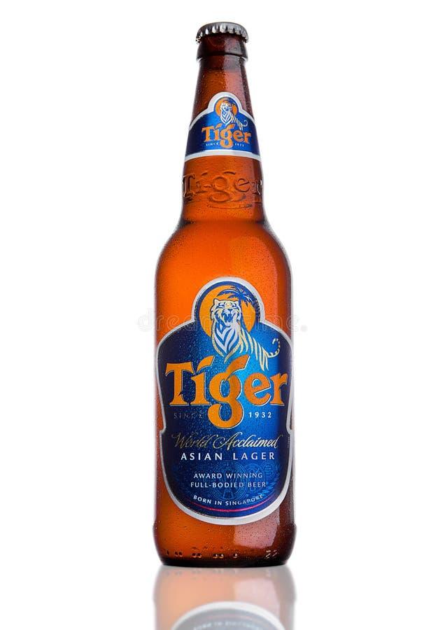 LONDRES, R-U, LE 15 DÉCEMBRE 2016 : La bouteille de Tiger Beer sur le fond blanc, d'abord lancée en 1932 est bière d'abord brassé images libres de droits