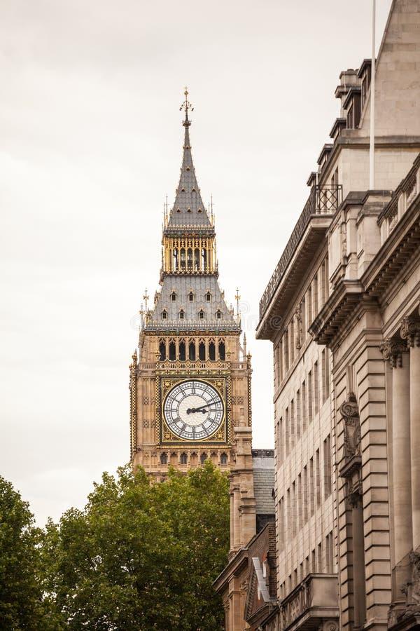 LONDRES, R-U - le palais de Westminster et le Big Ben dominent photos libres de droits