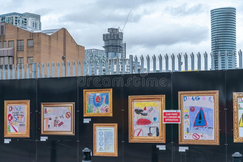 Londres, R-U - 5 mars 2019 : Images d'enfant sur une route ? Londres, Angleterre photographie stock libre de droits