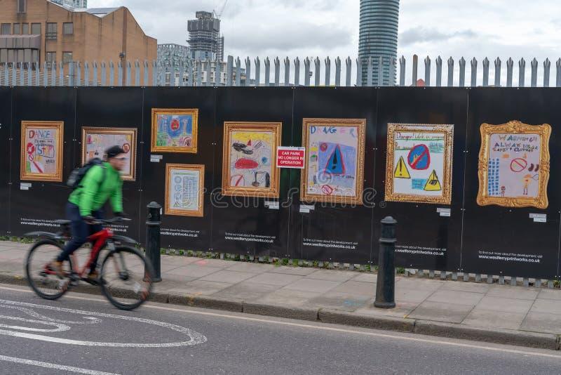 Londres, R-U - 5 mars 2019 : Images d'enfant sur une route ? Londres, Angleterre image stock