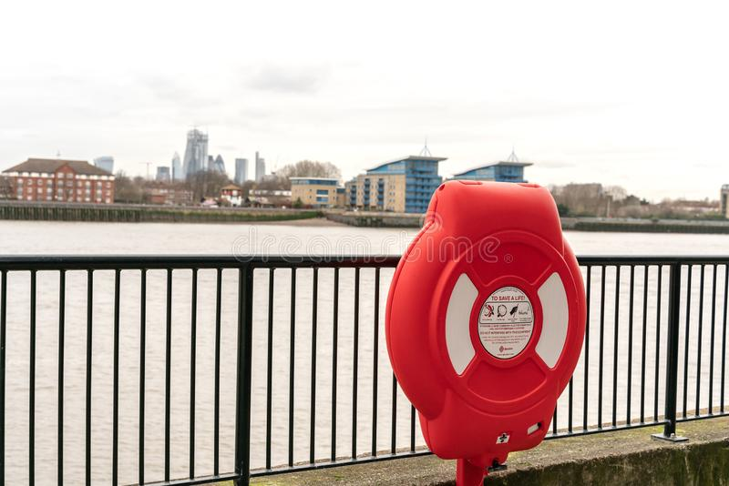 Londres, R-U - 5 mars 2019 : L'unité réceptrice de bouée de sauvetage de Glasdon chez la Tamise Londres, Angleterre, R-U photos stock