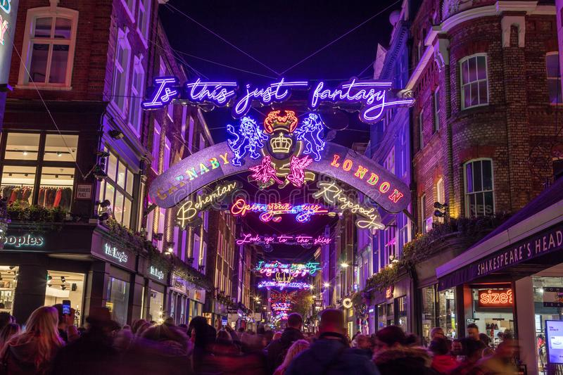 LONDRES, R-U - 11 NOVEMBRE 2018 : Décorations de Noël de Carnaby Street en 2018 Dans un thème de Bohème de rhapsodie Un bon nombr image libre de droits
