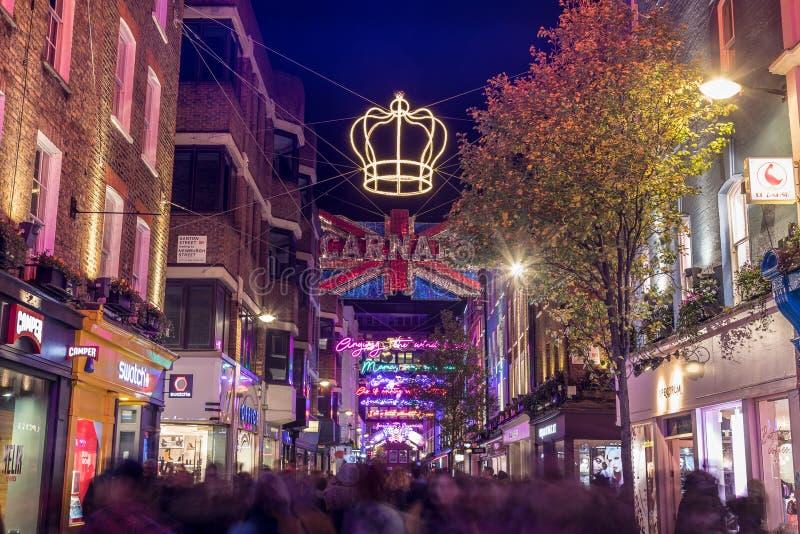 LONDRES, R-U - 11 NOVEMBRE 2018 : Décorations de Noël de Carnaby Street en 2018 Dans un thème de Bohème de rhapsodie Un bon nombr images stock