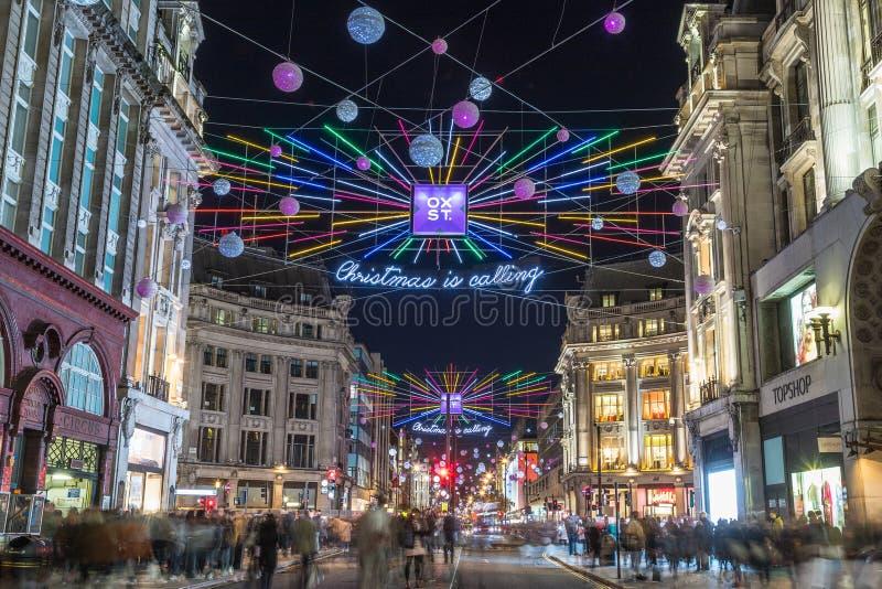 LONDRES, R-U - 11 NOVEMBRE 2018 : Vues le long d'Oxford Street avec les décorations et les lumières colorées de Noël Un bon nombr photographie stock