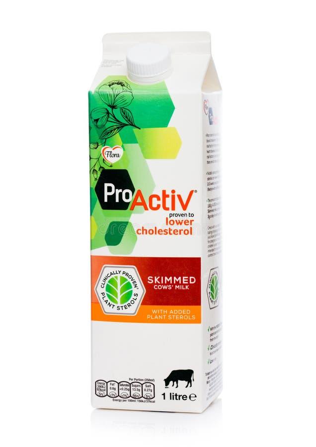 LONDRES, R-U - 5 OCTOBRE 2018 : Paquet de bas cholestérol de Flora Pro Activ Skimmed Milk sur le fond blanc photographie stock
