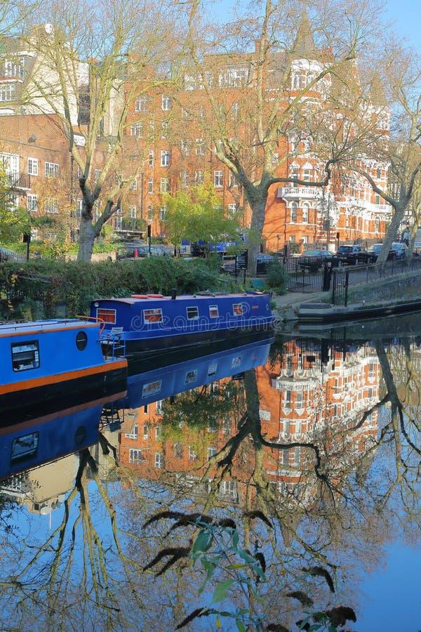 LONDRES, R-U : Réflexions à peu de Venise avec les péniches colorées le long des canaux photos libres de droits