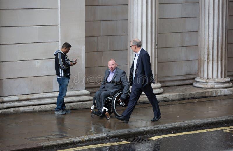 LONDRES, R-U - 17 SEPTEMBRE 2015 : Deux hommes d'affaires marchant sur la rue contre de la Banque d'Angleterre le mur image stock