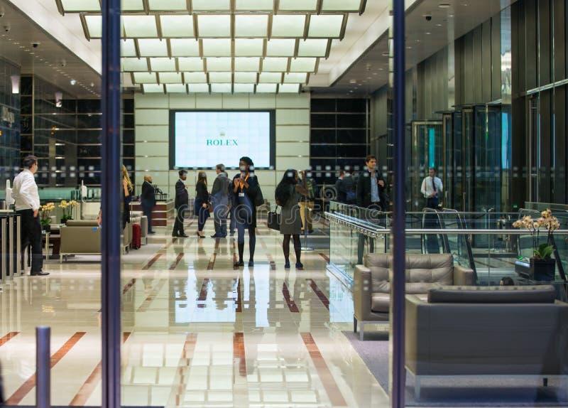 LONDRES, R-U - 7 SEPTEMBRE 2015 : Entrée d'immeuble de bureaux dans la lumière de nuit La vie de nuit de Canary Wharf images stock