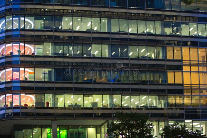 LONDRES, R-U - 7 SEPTEMBRE 2015 : Immeuble de bureaux dans la lumière de nuit La vie de nuit de Canary Wharf images stock