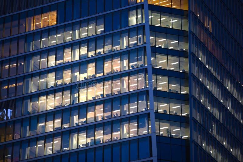 LONDRES, R-U - 7 SEPTEMBRE 2015 : Immeuble de bureaux dans la lumière de nuit La vie de nuit de Canary Wharf images libres de droits
