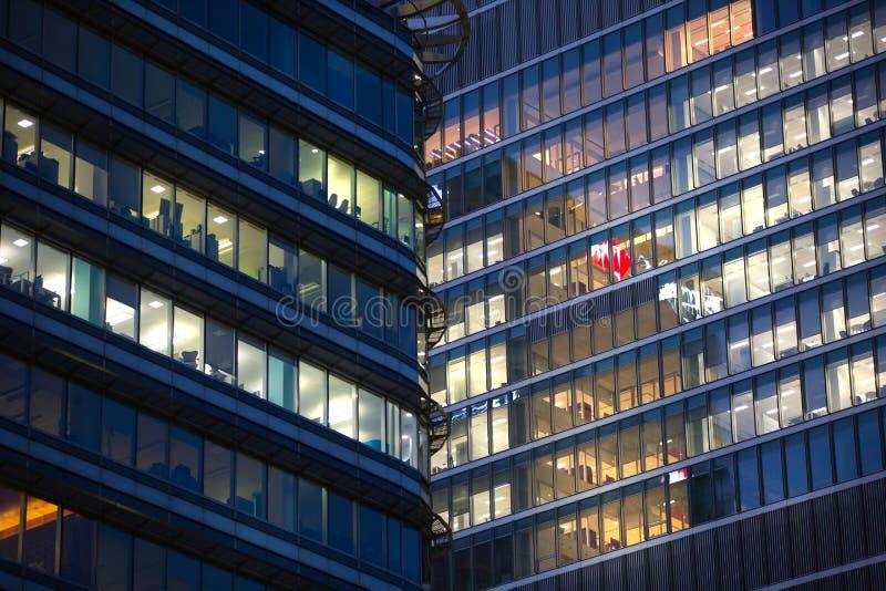 LONDRES, R-U - 7 SEPTEMBRE 2015 : Immeuble de bureaux dans la lumière de nuit La vie de nuit de Canary Wharf image libre de droits