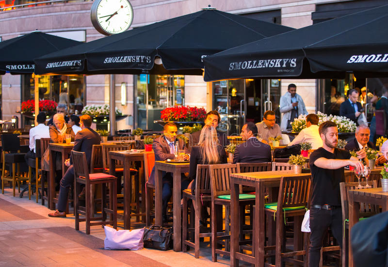 LONDRES, R-U - 7 SEPTEMBRE 2015 : La vie de nuit de Canary Wharf Les gens s'asseyant dans le restaurant local après jour ouvrable photos stock