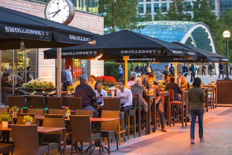 LONDRES, R-U - 7 SEPTEMBRE 2015 : La vie de nuit de Canary Wharf Les gens s'asseyant dans le restaurant local après jour ouvrable image libre de droits