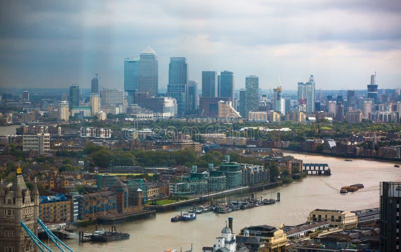 LONDRES, R-U - 17 SEPTEMBRE 2015 : Panorama de Londres avec la Tamise, ponts et opérations bancaires et district des affaires de  photo libre de droits