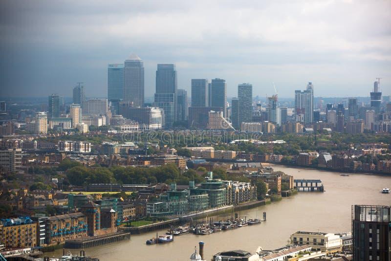 LONDRES, R-U - 17 SEPTEMBRE 2015 : Panorama de Londres avec la Tamise, ponts et opérations bancaires et district des affaires de  image stock